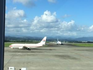 もう一機着陸してきました 左は離陸直前の機体
