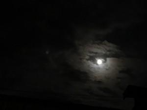 磐田営業所から見た月・・・雲に隠れてオチャメです(^-^;